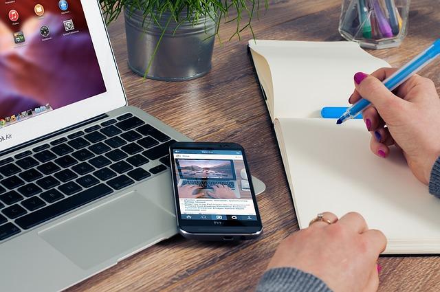 La promozione di un libro passa per i social network almeno un'ora al giorno.